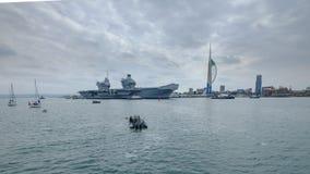 REINA ELIZABETH - el Royal Navy  el ?del HMS buque de guerra m?s nuevo y m?s grande de s nunca - velas de Portsmouth para solamen imagen de archivo