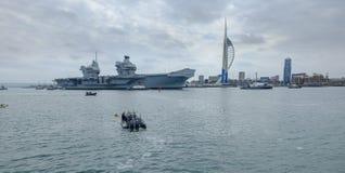 REINA ELIZABETH - el Royal Navy  el ?del HMS buque de guerra m?s nuevo y m?s grande de s nunca - velas de Portsmouth para solamen fotografía de archivo