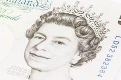 Reina Elizabeth en 5 libras imagenes de archivo
