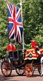 Reina Elizabeth II en el coche real Imagen de archivo libre de regalías