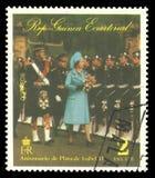 Reina Elizabeth que examina a las tropas imagen de archivo libre de regalías