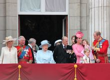 Reina Elizabeth y familia real, Buckingham Palace, Londres junio de 2017 - marchando el príncipe George William del color, harry, imagen de archivo