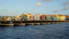 Reina Emma Pontoon Bridge en Willemstad, Curaçao fotos de archivo