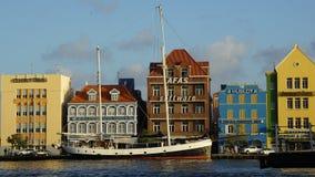 Reina Emma Pontoon Bridge en Willemstad, Curaçao foto de archivo libre de regalías