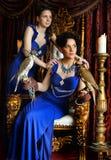 Reina en un trono con los halcones Fotos de archivo