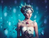 Reina hermosa del hielo en una nieve que cae fotografía de archivo