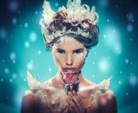 Reina hermosa del hielo en una nieve que cae fotos de archivo