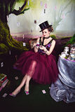 Reina malvada en jugador de bolos y la taza de té cerca de la tabla Imagen de archivo