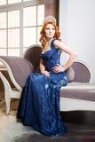 Reina, persona real con la corona, pelo rojo en vestido violeta azul Fotografía de archivo libre de regalías