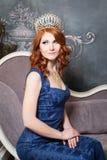 Reina, persona real con la corona, pelo rojo en vestido violeta azul Imagenes de archivo