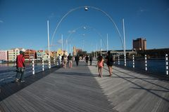 Reina que camina Emma Bridge de la gente en Willemstad imagenes de archivo