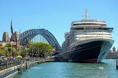 Reina Victoria Cruise y puente del puerto - Sydney Imágenes de archivo libres de regalías