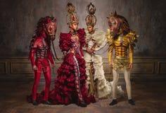 Reinas del ajedrez con los hombres en máscaras del caballo Fotos de archivo