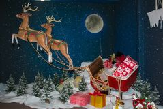 Reinder de Santa Claus avec le traîneau et cadeau sur Noël font des emplettes dans le ` Elpidio de sel une jument Image libre de droits
