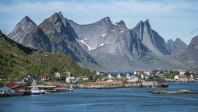 Reine, Νορβηγία - 1 Ιουνίου 2016: Τοπίο από Reine, ένα διάσημο ψαροχώρι στη Νορβηγία Στοκ Εικόνα