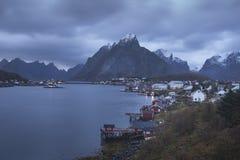 Reine crépusculaire - îles de Lofoten, Norvège photo stock