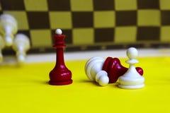 Reine d'échecs Jeu de stratégie Morceau rouge et blanc Photos stock