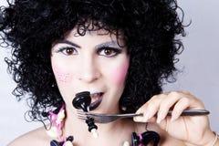Reine d'échecs mangeant le roi d'échecs avec la fourchette Photo stock