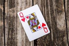 Reine de carte de coeurs sur le bois Photographie stock libre de droits