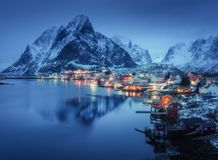 Reine dedans la nuit, îles de Lofoten, Norvège L'hiver photo stock