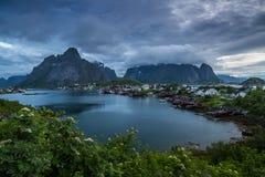 Reine-Dorf auf Lofoten im Licht des frühen Morgens lizenzfreie stockbilder