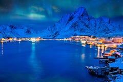 Reine-Dorf nachts Lofoten Inseln, Norwegen lizenzfreie stockfotos