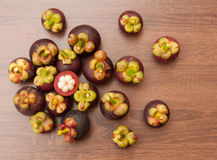 Reine du fruit, des mangoustans et de la section transversale montrant le blanc photographie stock
