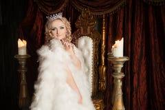 Reine, femme attirante, personne royale avec la couronne Image stock