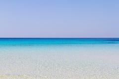 Reine kristallene Wasseroberfläche um eine Insel Lampedusa stockfoto