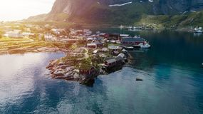 Reine nas ilhas de Lofoten, Noruega, com as cabanas vermelhas tradicionais do rorbu imagens de stock royalty free