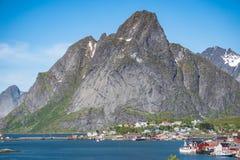 Reine, Norvegia - 2 giugno 2016: Paesaggio da Reine, un paesino di pescatori famoso in Norvegia Immagini Stock