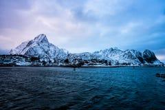 Reine, Norvegia - un bello villaggio nelle montagne delle isole di Lofoten fotografie stock libere da diritti
