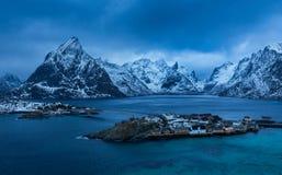 Reine by på Lofoten öar i vintern Arkivbilder