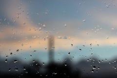 Reine Regentropfen auf einer Fensterglasoberfläche stockbild
