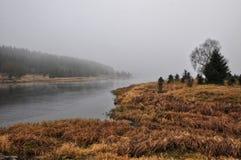Reine Spekulation des Flusses und eine alte Säule auf seiner Seite Stockfotografie