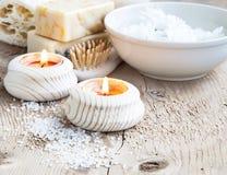 Reine Wellness-und Badekurort-Einstellung mit Kerzen, beruhigender Zen Setting Stockfotos