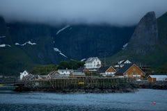 Reine wioska na Lofoten w wczesnego poranku świetle obraz stock