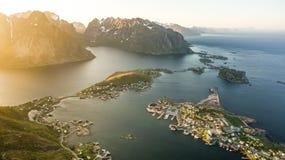Reinebrinen, Νορβηγία - 1 Ιουνίου 2016: Όμορφο νορβηγικό τοπίο με διάσημο τοπ μέγιστο Reinbringen, τα νησιά Lofoten και την άποψη στοκ εικόνες