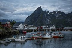 Reinedorp op Lofoten in vroeg ochtendlicht stock fotografie