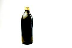 Reines Extraolivenöl stellte sich auf einfachem weißem Hintergrund dar Stockfotos