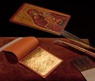 Reines Goldblatt mit Vergoldunghilfsmitteln und griechischer Ikone Lizenzfreie Stockbilder