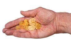 Reines Goldzehnte Unze prägt in der Hand des älteren Mannes Stockfotos