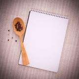 Reines Notizbuch für notierendes Menü, Rezept auf Rot Stockfotos