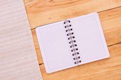 Reines Notizbuch für notierendes Menü, Rezept auf Rot Lizenzfreies Stockbild
