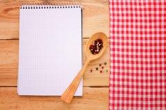 Reines Notizbuch für notierendes Menü, Rezept auf Rot Stockfotografie