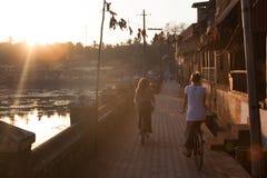 Reinigen der Fahrräder um Koti Tirtha sakralen Teich Lizenzfreies Stockfoto