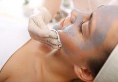 Reinigende Gesichtshaut, eine Frau im Schönheitssalon Stockfoto