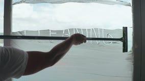 Reiniger, der Aufschriftreinigung vom Fensterglas auf Berufsreinigung löscht stock video footage
