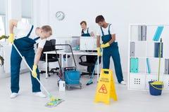 Reiniger, die ein Büro säubern stockfotos