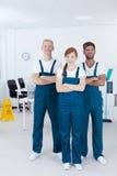 Reiniger, die Uniformen tragen lizenzfreies stockfoto